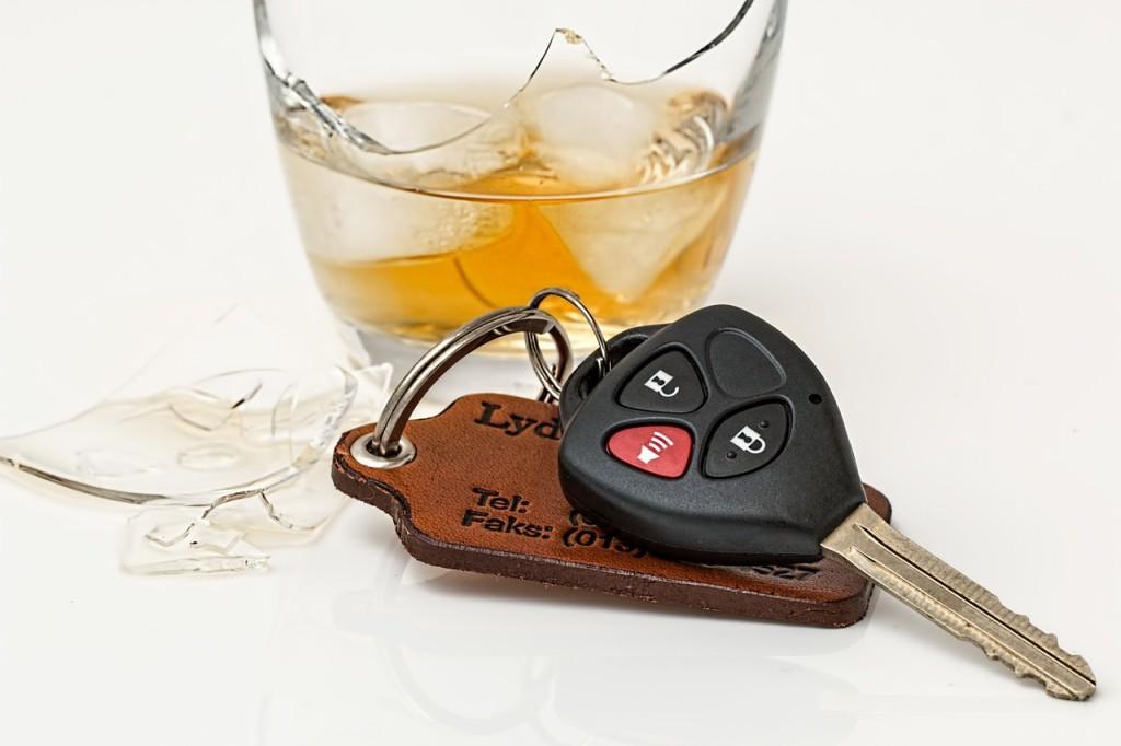 Chiavi auto e bicchiere di wisky