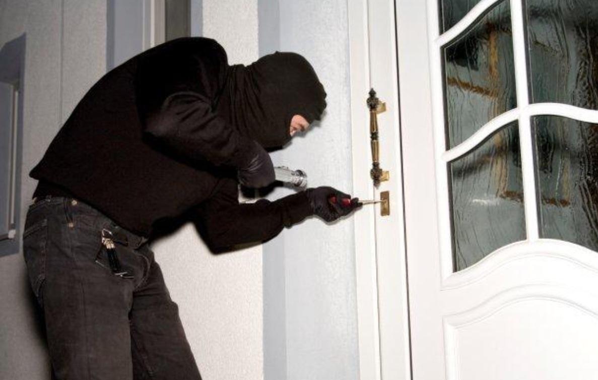 Allarme furti festività natalizie, meglio assicurare la casa